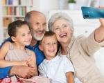 Intuitivo ed economico: ecco le caratteristiche dello smartphone ideale per i Baby Boomer