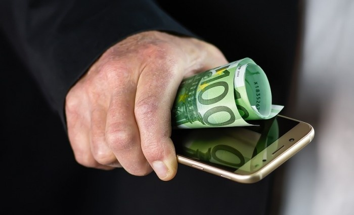 Telefonia mobile: in media gli italiani spendono 126 euro l'anno