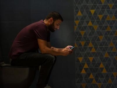 Survey Wiko: il 75% degli utenti porta con sé il proprio smartphone anche alla toilette